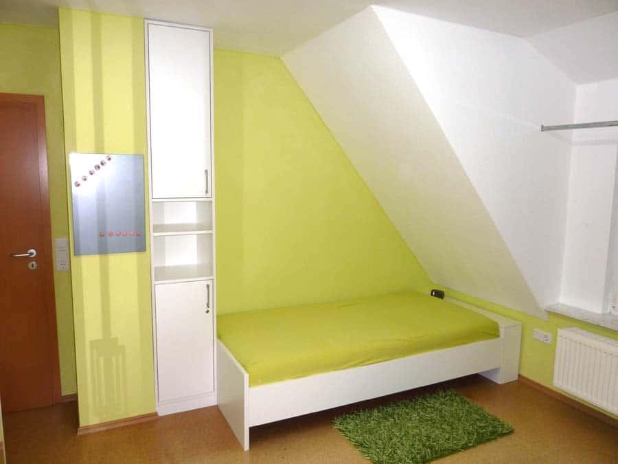 Einbaumoebel Bett unter Dachschraege in Neustadt Aisch