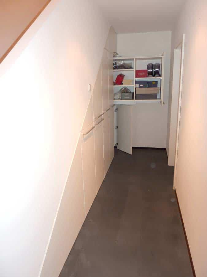 Einbauschrank Apotheker Auszuege unter Treppe 3