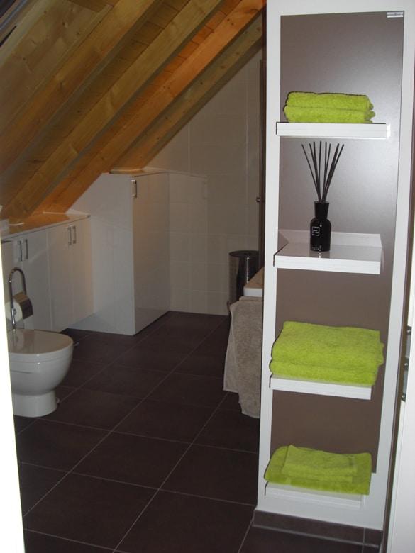 Handtuchregal zum Badmoebel in der Dachschraege